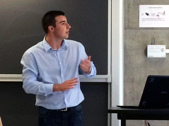 Nicolai Jørgensen, studerende på SDU, forsvarer opgaven om kunstig intelligens.
