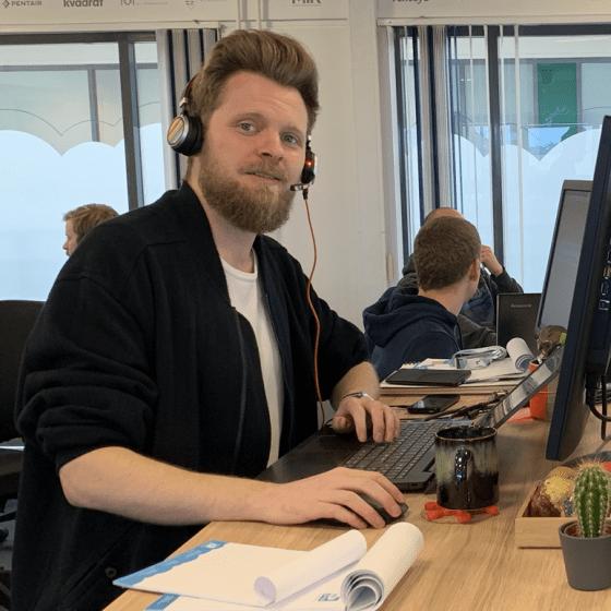 Hr-on medarbejder Kasper Kajgaard der snakker i support telefon