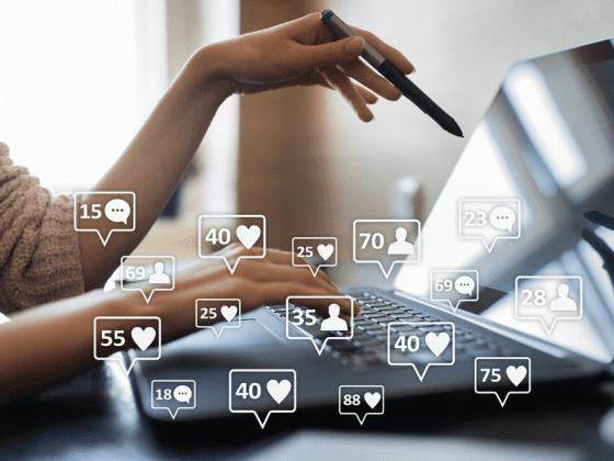 Social marketing medarbejder der laver statistik på deres likes og kommentare