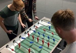 Jonas og Hans spiller bordfodbold