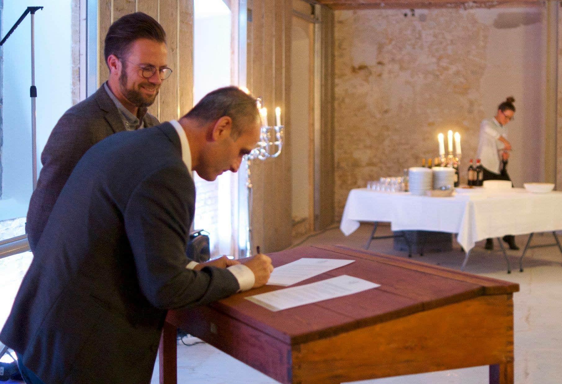 HR-ONs direktør Ali E. Cevik der underskriver virksomhedspagten