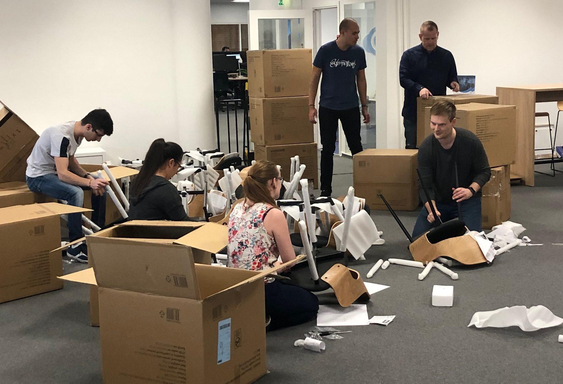 HR-Ons medarbejdere der sammen gør det nye kontor klar