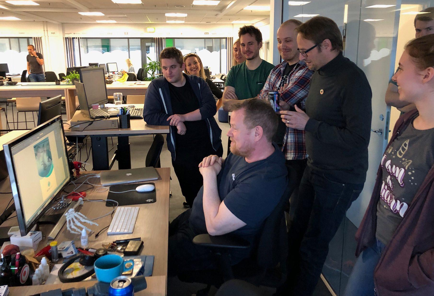 HR-ONs medarbejdere der sammen kigger på Bjórgvins kreative idéer